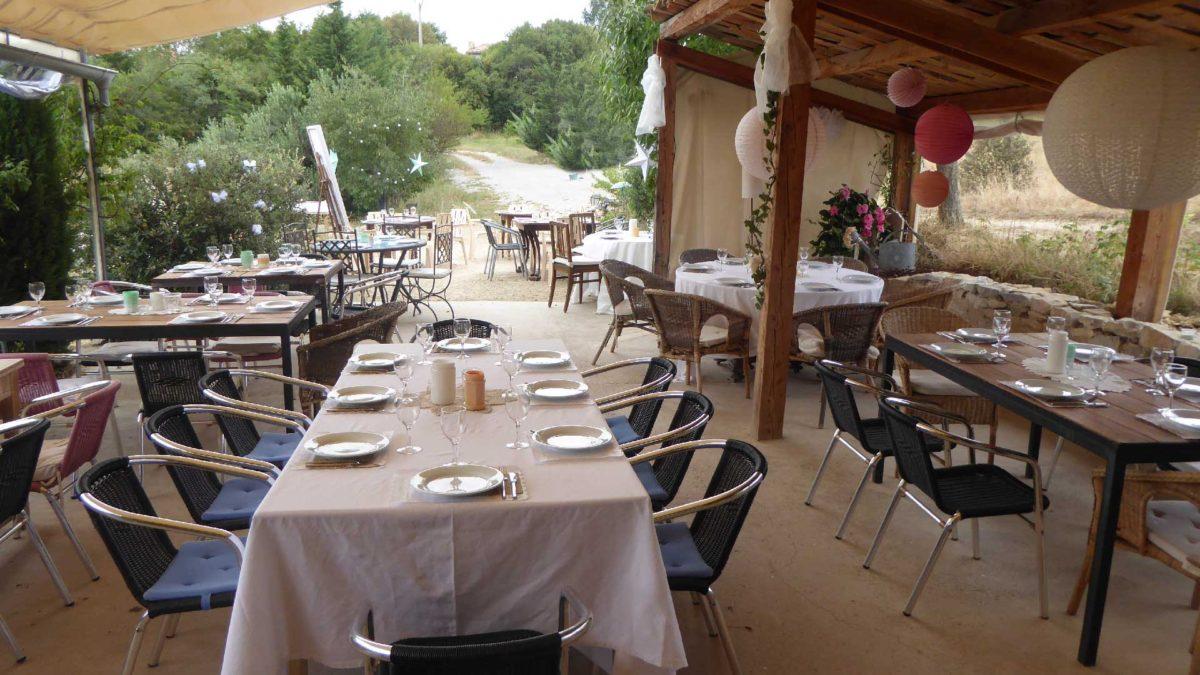 Les tables de réception à l'extérieur au Jas de Péguier