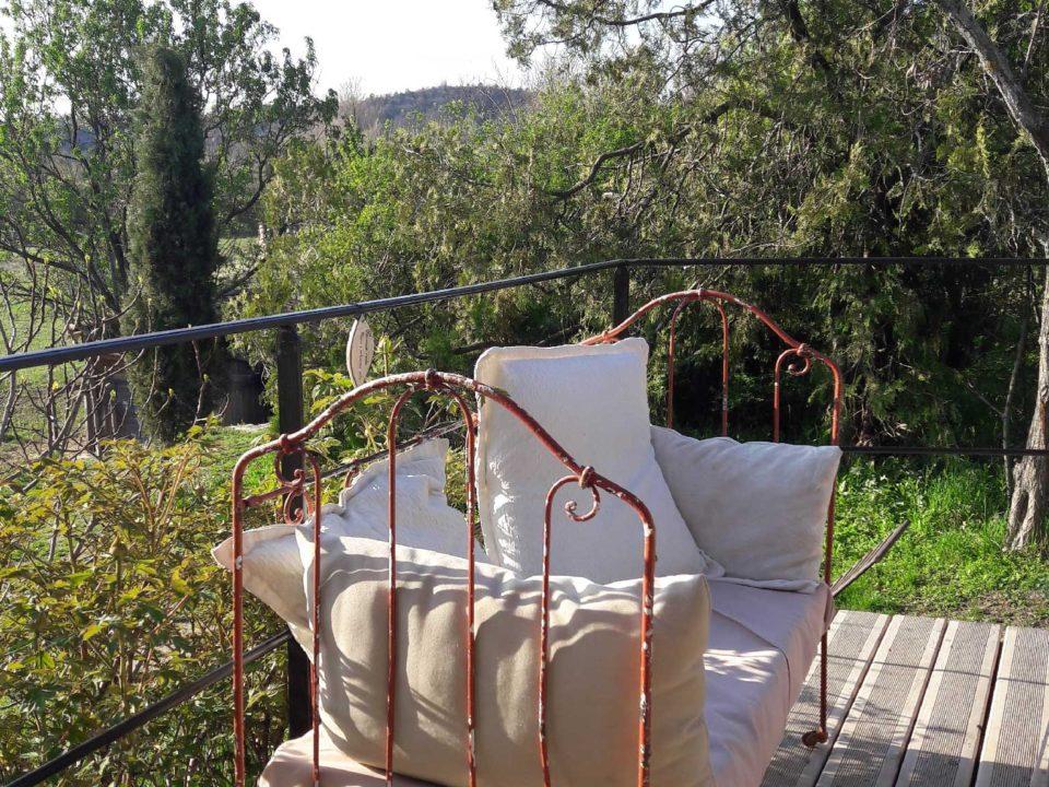 Vue champêtre de l'extérieur du Jas de Péguier en Provence, réceptions, mariages