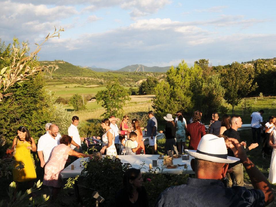 Cocktail dans le jardin du Jas de Péguier avec vue sur les montagnes