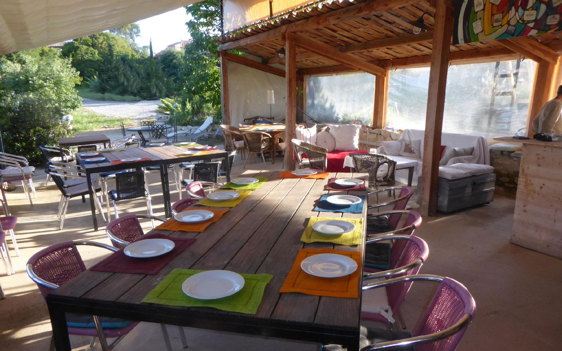 Les tables dressées pour le déjeuner sous la terrasse