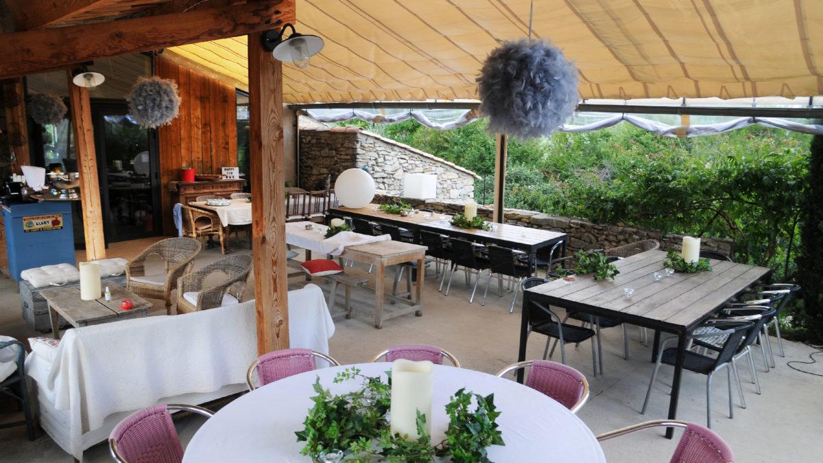 Tables de fête sur la terrasse extérieure